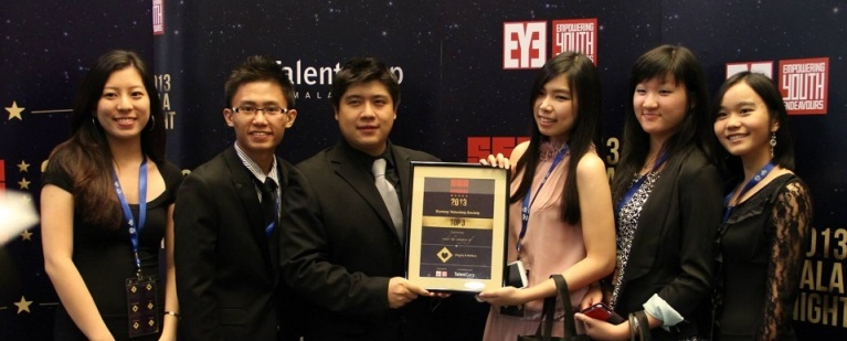 SVS representatives (from left) : Samantha, Ken, Jean Yee, Mon Yun, Kim Yee, receiving the award from Christopher Tock, the founder of the Empowering Youth Endeavors (EYE) Project
